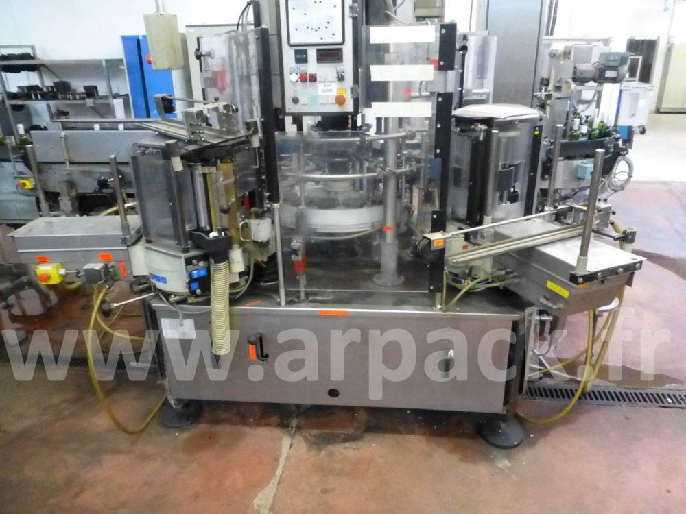 Traditional labeling machine. Brand Krones. Model Universella